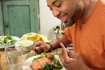 guy-eating-healthy-meal