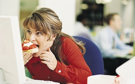 woman-snacking-at-desk